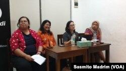 Kiri ke kanan: Psikolog Mellia Christia, Dosen LSPR Lestari Nurhayati, Dosen Psikologi Media dari Universitas Indonesia Laras Sekarasih, Ketua ESP/Jaringan Demokrasi Indonesia Dahlia Umar (foto: VOA/Sasmito Madrim)
