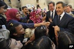 Nicolas Sarkozy (à dr.) et David Cameron saluent la foule à Benghazi (15 septembre 2011)