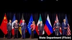 """参加伊朗核谈判的""""五常加一""""国家外长和伊朗外长2015年7月14日一起合影"""
