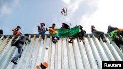 Иммигранты из Центральной Америки на границе Мексики и США.