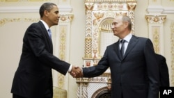 US President Barack Obama, left, shakes hands with Vladimir Putin at Novo Ogaryovo in Moscow, July 7, 2009 (file photo).