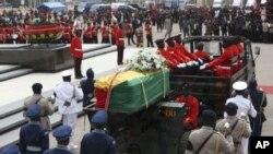 ຂະບວນແຫ່ສົບຂອງມື້ລາງປະທານາທິບໍດີ ທ່ານ John Atta Mills ໄປຕາມຖະໜົນໃນນະຄອນຫລວງ Accra ຂອງການາ ໃນວັນທີ 10 ສິງຫາ, 2012.