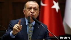 Presiden Turki Recep Tayyip Erdogan berbicara di depan anggota parleme Turki di Ankara (23/10).