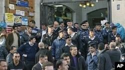 巴勒斯坦警察阻止抗议人士进入阿拉伯半岛电视台