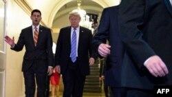 Le président américain Donald Trump, accompagné du président de la Chambre, Paul Ryan (à gauche), à son arrivée pour une réunion avec les membres républicains du Congrès au Capitole des États-Unis à Washington, DC