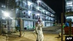 PPE ၀တ္စံု၀တ္ထားတဲ့ က်န္းမာေရး၀န္ထမ္းမ်ားကို ရန္ကုန္ ကြာရန္တင္းစင္တာမွာ ေတြ႔ရစဥ္ (စက္တင္ဘာ ၂၈၊ ၂၀၂၀)