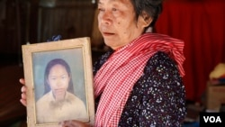 Peou Heng, 70, holds a picture of her daughter who passed away in the 1997 grenade attack in Phnom Penh, Cambodia, February 28, 2017. (Hean Socheata/VOA Khmer)