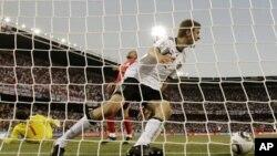 Thomas Muller célébrant son second but contre l'Angleterre