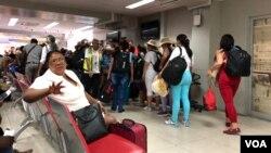 Turistas cubanos hacen cola para abordar su vuelo en el aeropuerto Toussaint Louverture en Puerto Príncipe, Haití. (S. Lemaire / VOA)