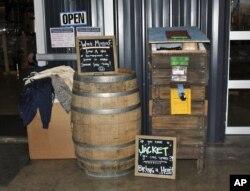 Sebuah tempat donasi yang dibangun oleh Bleach Impaired, organisasi bantuan bersama, di depan tempat pembuatan bir di Charlotte, North Carolina, 21 Januari 2021. (Foto: Magena Morris)