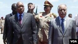 PM Libya Al-Baghdadi Ali Al-Mahmoudi (kanan) menyambut kedatangan Presiden Afsel Jacob Zuma (kiri) di bandara Tripoli, Senin (30/5).