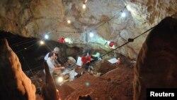 發現殘缺古代頭蓋骨的以色列洞穴