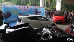 Empat mobil hemat energi diluncurkan di halaman Rektorat Kampus Institut Teknologi Sepuluh Nopember (ITS) Surabaya, 25 April 2014. Mobil-mobil ini akan melakukan perjalanan uji coba keliling Jawa dalam rangka memperingati Hari Pendidikan Nasional, 2 Mei 2014 mendatang (Foto: VOA/Petrus Riski).