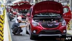 Công nhân làm việc tại nhà máy lắp ráp ô tô VinFast ở Hải Phòng. Ô tô tự lái của VinFast vừa được cấp phép chạy thử ở California, Mỹ.