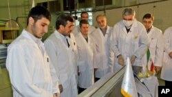 El presidente de Irán, Mahmud Ahmadinejad (segundo de la izquierda) inaugura un nuevo proyecto nuclear en Teherán, en febrero de 2012.