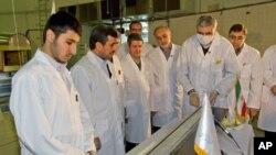 15일 핵시설을 방문한 이란 대통령 (왼쪽 두번째)