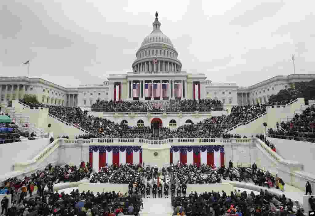 Des milliers de personnes assistent à la prestation de serment du président Donald Trump au Capitol, Washington, 20 janvier 2017.