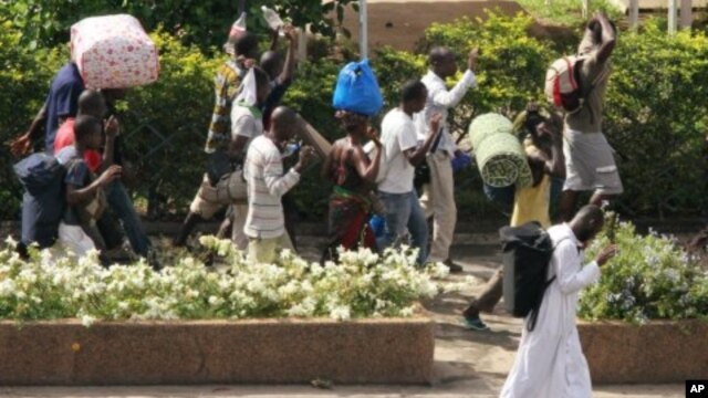 Civilians flee with their belongings in Abidjan, Ivory Coast, April 5, 2011