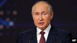 Predsjednik Rusije Vladimir Putin govori na Međunarodnom ekonomskom forumu u Sankt Peterburgu, 4. juni 2021. (Foto: AP)