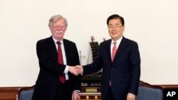 Ông John Bolton và ông Chung Eui-yong, Cố vấn an ninh quốc gia của Hàn Quốc.