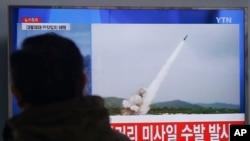 Seorang pria tengah menyaksikan penayangan berita peluncuran uji coba misil Korea Utara dari televisi di stasiun Seoul, Korea Selatan (Foto: dok).