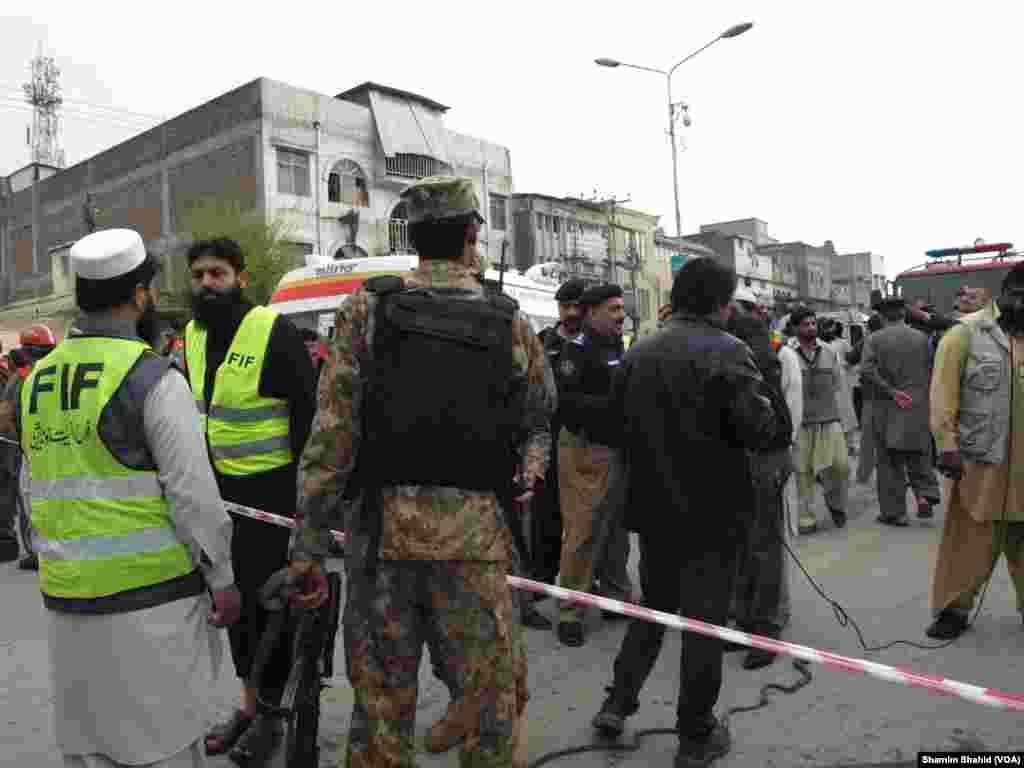 پولیس حکام کے مطابق یہ بس مردان سے سرکاری ملازمین کو لے کر آ رہی تھی کہ جیسے ہی پشاور کے تھانہ غربی کے سامنے سنہری مسجد کے علاقے میں پہنچی تو اس میں زور دار دھماکا ہوا۔