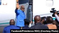 Félix Tshisekedi na bolongwi na ye na libanda ya mpepo ya Lubumbsahi mpo na kokende na Bunia, Haut-Ktanga, 30 juin 2019. (Facebook/Présidence RDC)