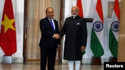 資料照:越南總理阮春福在印度新德里與印度總理莫迪握手。 (2018年1月24日)