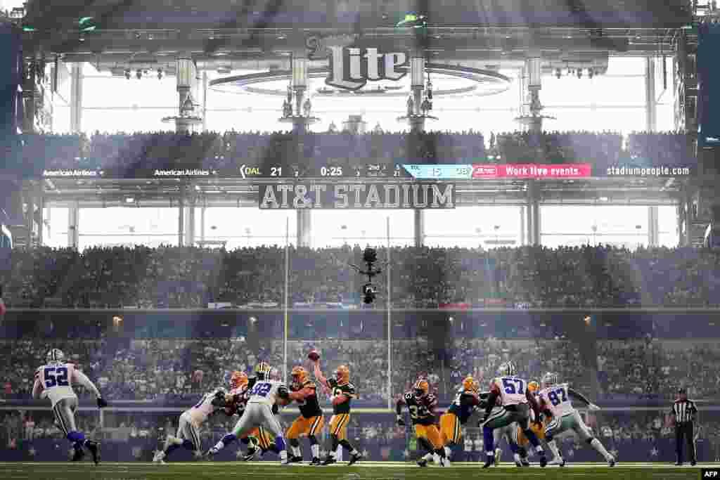 កីឡាករ Aaron Rodgers (ពាក់លេខ១២) នៃក្រុម Green Bay Packers រកមើលអ្នកយកបាល់បន្តនៅក្នុងតង់ទី៣ទល់ក្រុម Dallas Cowboys នៅស្តាត AT&T Stadium នៅក្នុងក្រុង Arlington រដ្ឋ Texas កាលពីថ្ងៃទី៨ ខែតុលា ឆ្នាំ២០១៧។
