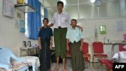 Anh Win Zaw Oo chụp ảnh cùng anh em họ tại bệnh viện ở Yangon, 10 tháng 7, 2013