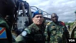 Le commandant de la Force de la MONUSCO général Carlos Alberto Dos Santos Cruz au lieu d'une embuscade tendue par des ADF à Beni, le territoire de Beni, dans l'est du Congo, mai 2015. (Nicholas Long / VOA)