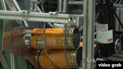 Suasana produksi kaleng di pabrik Independent Can Company, luar kota Baltimore, Maryland. (VOA/Videograb)