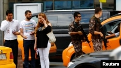 Các thành viên lược lượng cảnh sát đặc biệt tuần tra tại sân bay Ataturk ở Istanbul, ngày 30 tháng 6 năm 2016.
