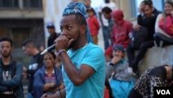 Ángel Navas, artista venezolano quien lleva dos años cantando y bailando en las calles del centro de Bogotá.