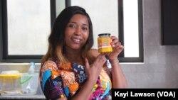 Laetitia Atsu, directrice de Bébé Green Togo, tenant un pot Mangue/agrume. Lomé, 20 août 2020. (VOA/Kayi Lawson)