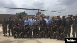 美國共和黨參議員約翰麥凱恩率領的國會代表團和巴基斯坦飛行員合影(2016年7月3日)