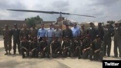 Делегация Конгресса США во главе с сенатором Маккейном позирует для фотосъемки с пилотами пакистанских ВВС в Северном Вазиристане, Пакистан. 3 июля 2016 г. (@SenJohnMcCain)
