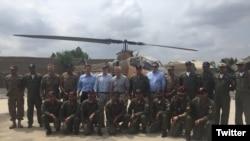 美国共和党参议员约翰·麦凯恩率领的国会代表团和巴基斯坦飞行员合影(2016年7月3日)