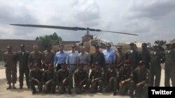 Anggota Kongres AS dipimpin oleh Senator John McCain, berpose dengan pilot-pilot Dragon dari Angkatan Udara Pakistan di Miramshah, Waziristan utara, Pakistan, 3 Juli 2016. (@SenJohnMcCain)