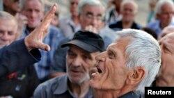 Penzioneri u Atini danas pokušavaju da udju u banku i podignu deo penzije, 6. juli, 2015.