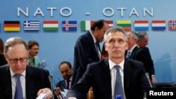 NATO Bosh kotibi Yens Stoltenberg Bryusselda alyans mudofaa vazirlari anjumaniga raislik qilmoqda. 14-iyun, 2016-yil.