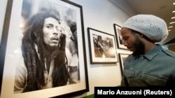 David 'Ziggy' Marley olha para uma fotografia do pai
