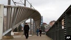 Most u Kosovskoj Mitrovici koji razdvaja grad na sever pod srpskom upravom i jug pod kosovskom, 19. februar 2013.