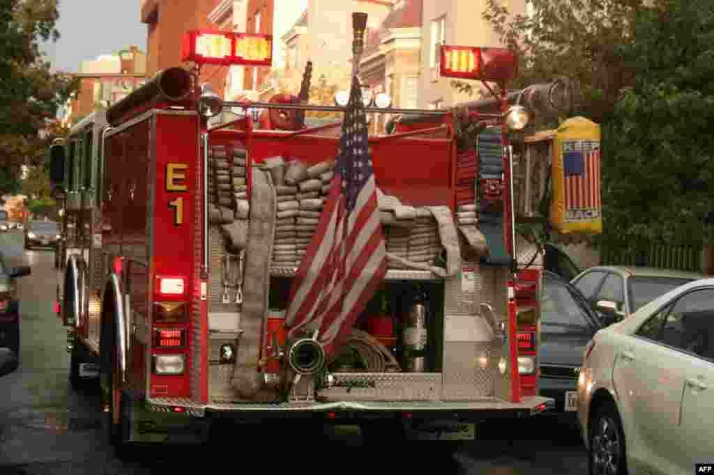 Американские бойцы с огнем – большие патриоты своей страны. Звездно-полосатый флаг – неизменный атрибут пожарной машины