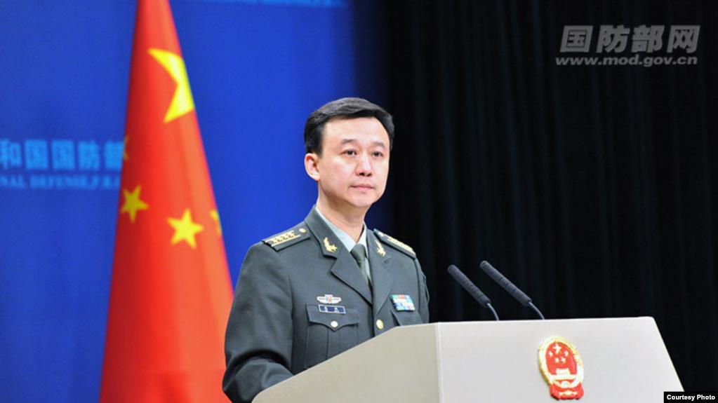 """Người phát ngôn bộ Quốc phòng Trung Quốc Ngô Khiêm tại một cuộc họp báo hôm 25/1/2018. Ông Khiêm nói Mỹ """"đang ảo tưởng"""" khi """"sử dụng Đài loan để khống chế Trung Quốc."""""""