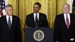 Barack Obama ao anunciar, segunda-feira, as nomeações de Chuck Hagel (esq.) para a Defesa e John Brennan (dir.) para a CIA