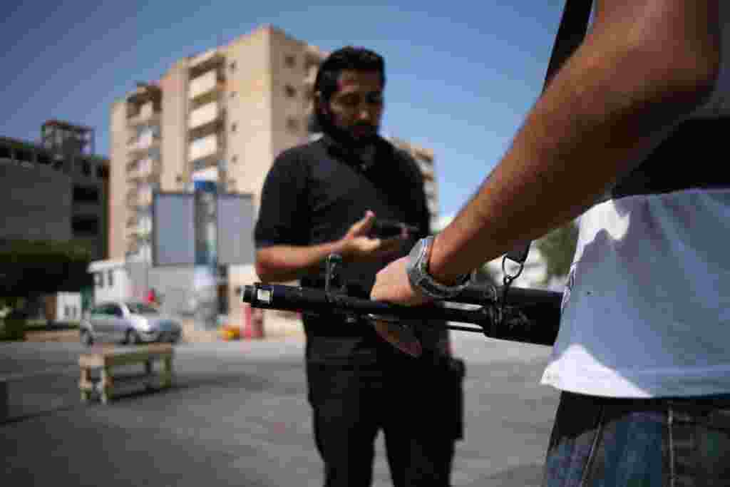مردان در پست ايست بازرسی ضد قذافی در مرکز شهر طرابلس کشيک می دهند