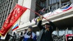 7일 우크라이나 동부 도네츠크 시청사에서 친 러시아 시위대가 러시아 국기를 흔들며 분리독립을 요구하고 있다.