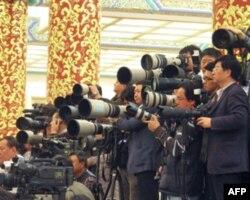 """记者把""""长枪短炮""""对准温家宝"""