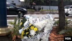Sebuah karangan bunga duka cita '10 Tahun Bom Kuningan' ditempatkan di depan kantor Kedubes Australia Jakarta, 9 September 2014 (Foto: VOA/Andylala).